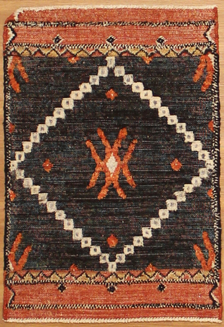 2'1x3'1 Transitional design rug