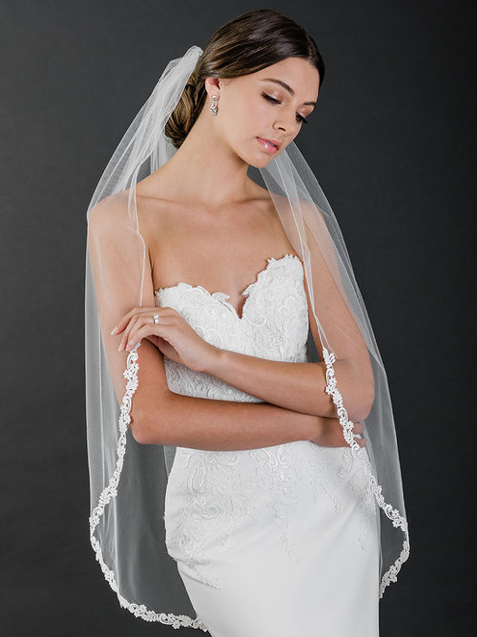 Bel Aire Bridal Veil V7507 - 1-tier fingertip veil with rolled edge and narrow Venise lace