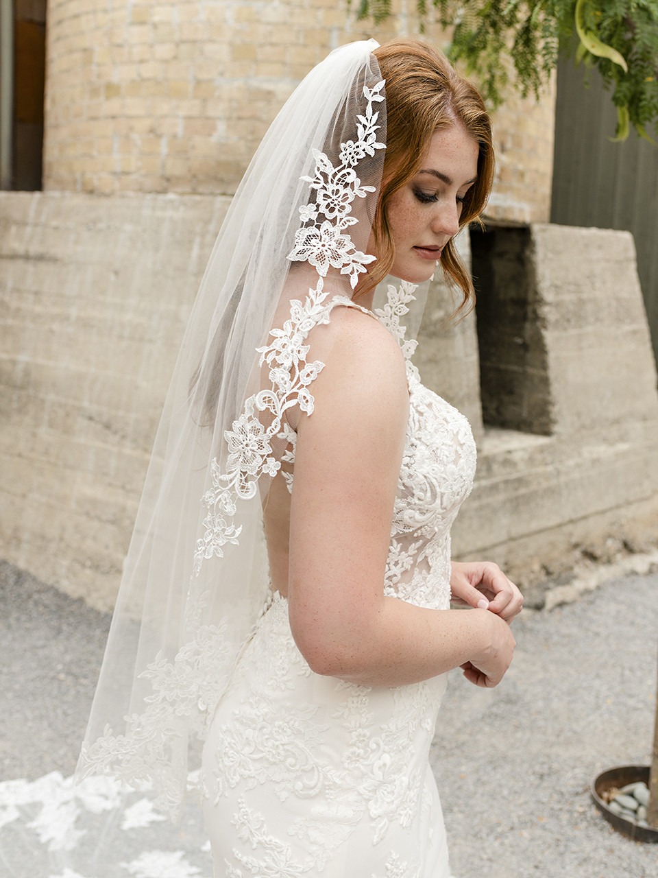 En Vogue Bridal Style V2286SF - English Tulle Bridal Veil With Lace Appliques - 41 Inches