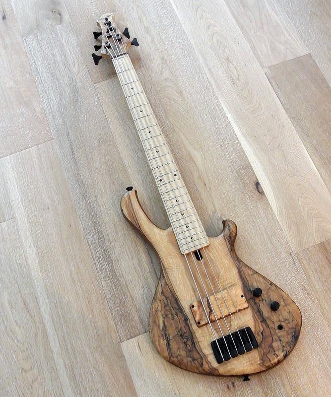 "MENSINGER Cazpar 5p -  5 String Short Scale Bass 30"" - Spalted Maple"