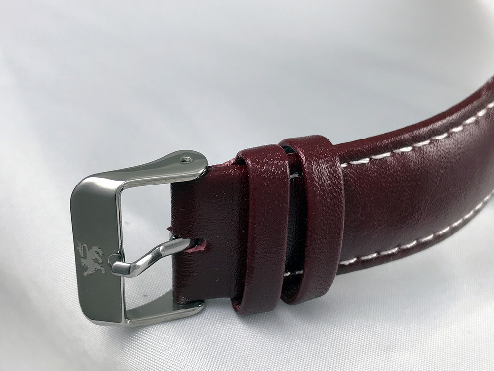 Simple clasp is easy to operate - timeless design.
