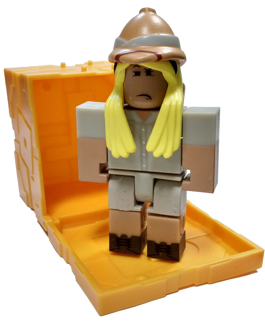 Roblox Series 5 The Great Yolktales: Sofia Gonzales Mini Figure [with Gold  Cube and Online Code Loose]
