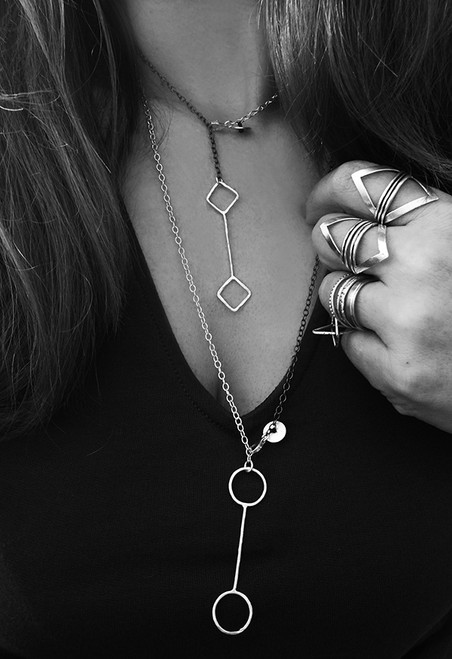 Modern chain necklace with geometric shape that can be worn in many ways