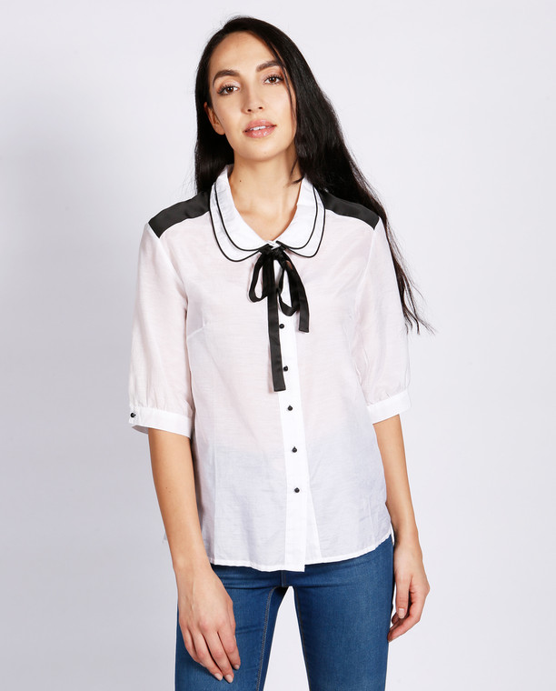 Lagom Carla Blouse White front view, worn by model on grey background