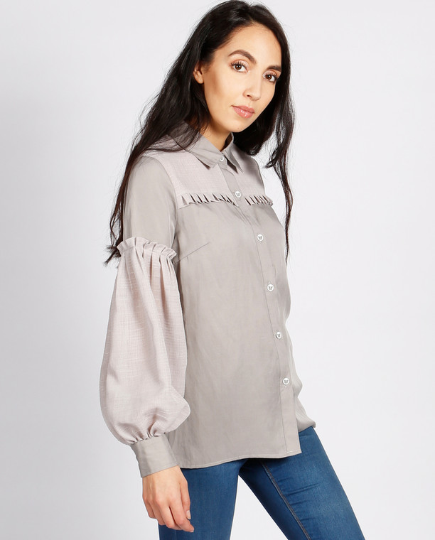 Lagom Hudson Blouse Grey side view, worn by model on grey background