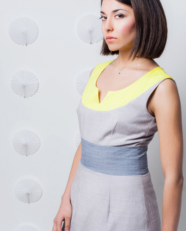 Lagom Modena Dress Grey-Yellow side view on model on white dotted background