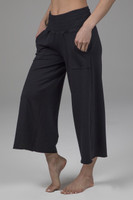cropped yoga pant in black
