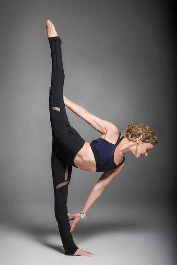 Navy and Black Strut Yoga Bra Outfit