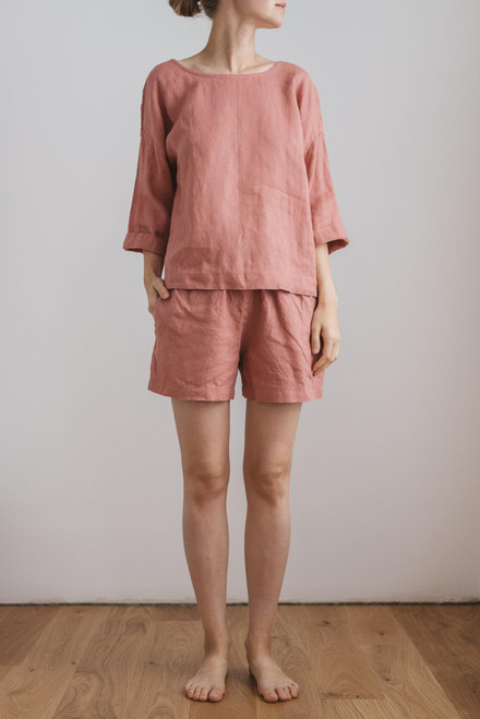 Zomerpyjama short in softsalmon koraalrood linnen, ademend en fris in de zomer
