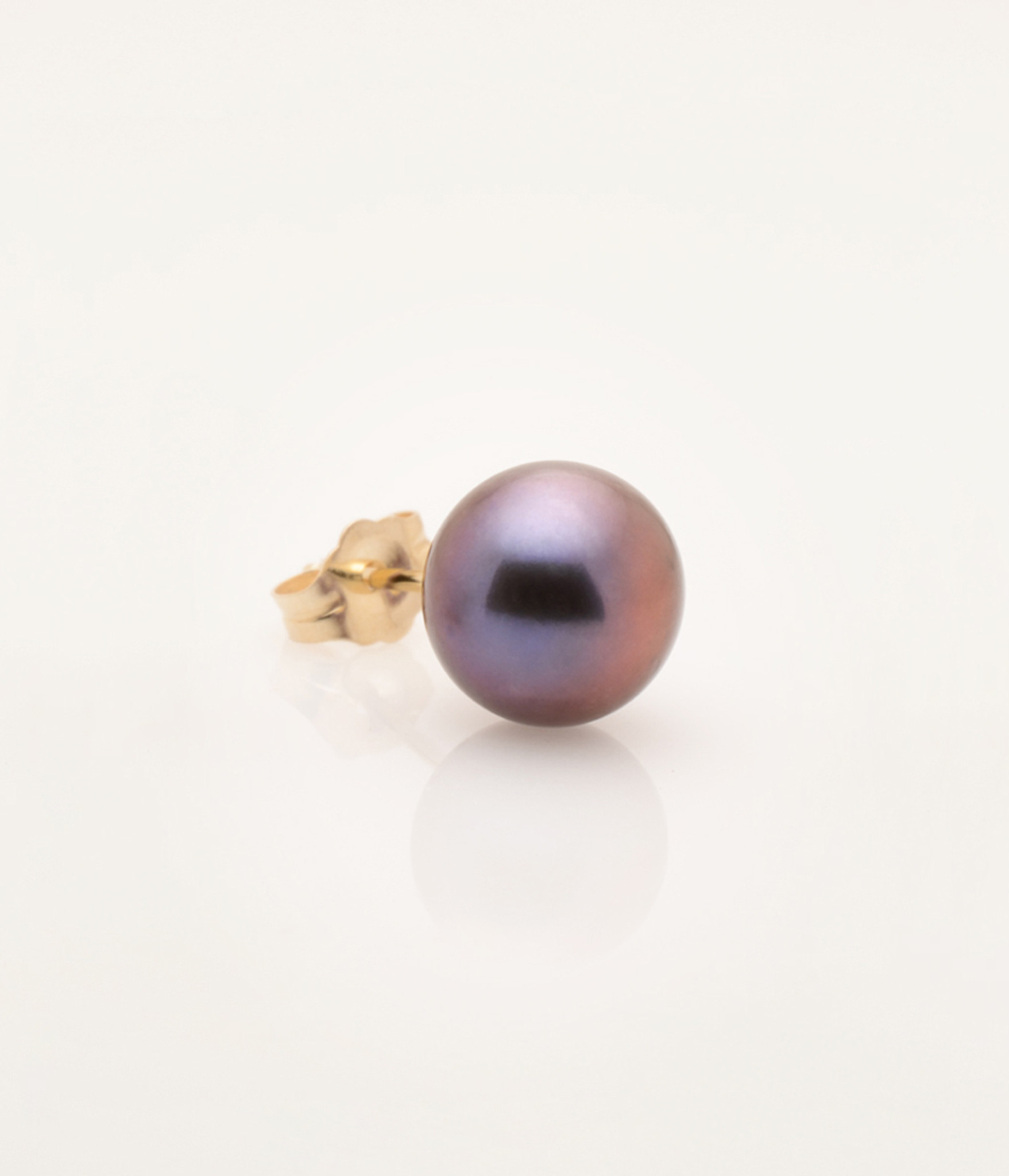 Side view of Single Cultured Freshwater Black Pearl Earring with 14k Gold Post by Jewelry Designer Nektar De Stagni(8.5 mm)