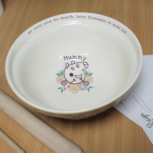 This traditional Mason Cash bowl has an added modern twist. Your baker's name is fired onto the base of the bowl above Mummy Pig using up to 15 characters. You can also add a personal message to the rim of the bowl using 30 characters. Dishwasher safe. Dimensions : 24.5 x24.5 x11cm
