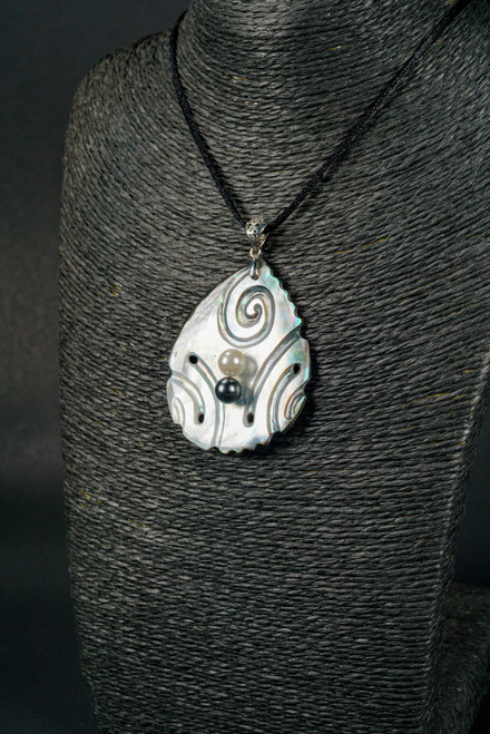WEBJN102 MOP SHELL WITH WHITE/BLACK PEARL PENDANT