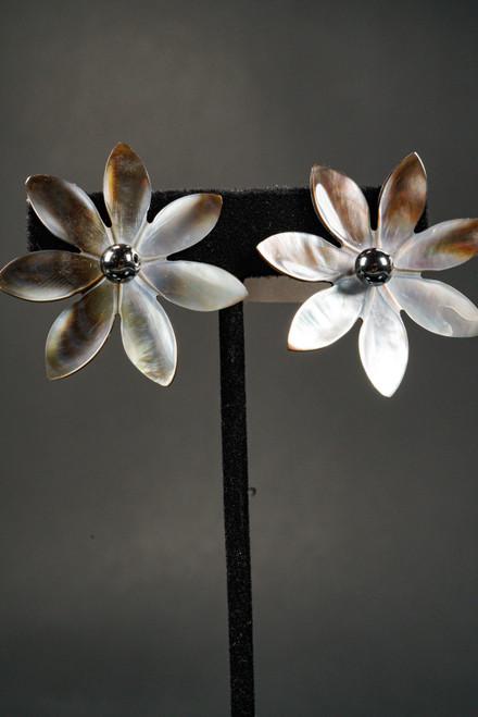 WEBJEB50 SHELL FLOWER EARRING
