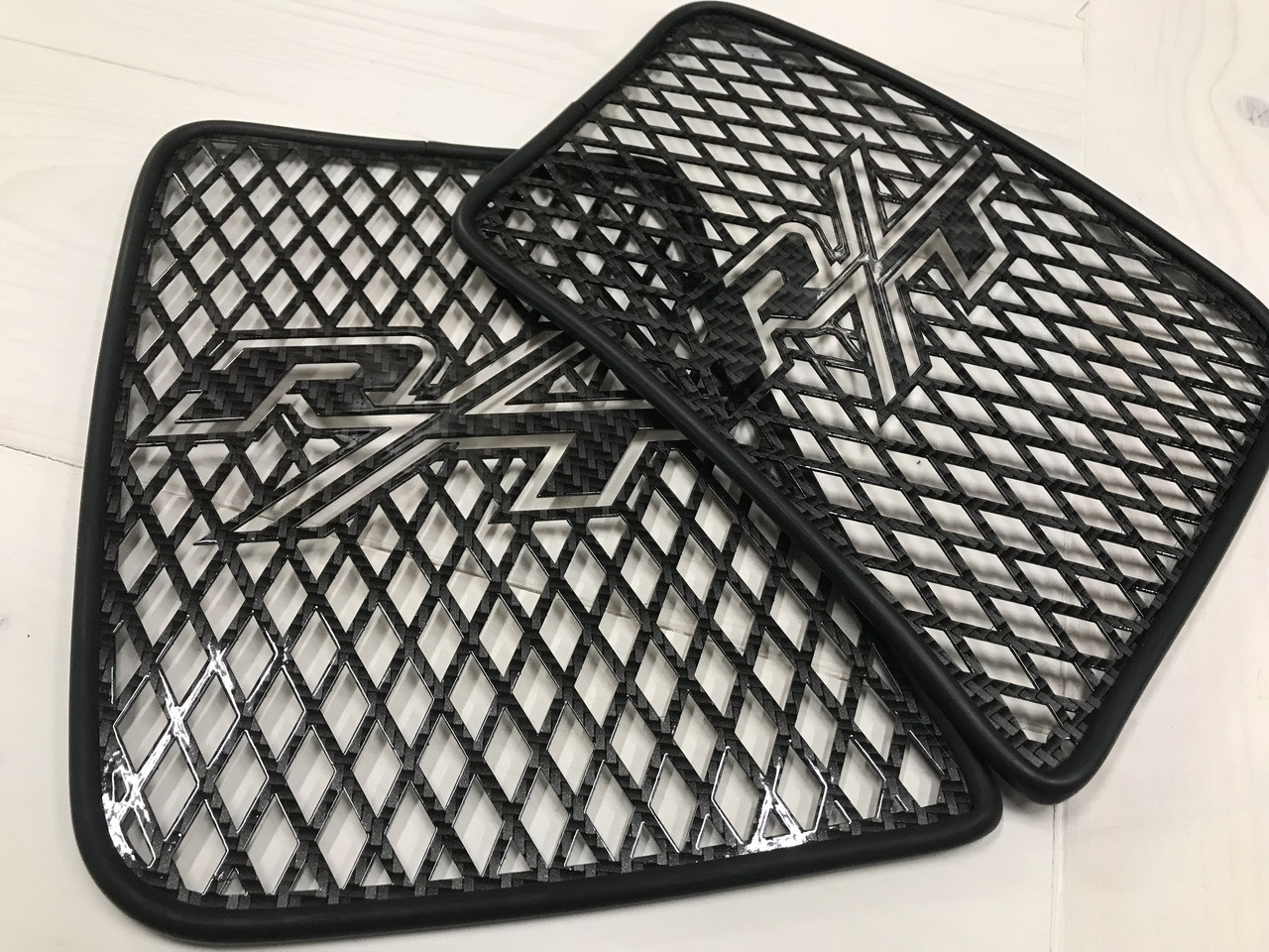 RT Front Grills 2014 and up - 2 RT Logos - Carbon Fibre Black
