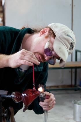 glassblowing-technique-glassmaking-cardinal-torching-beak-web.jpg