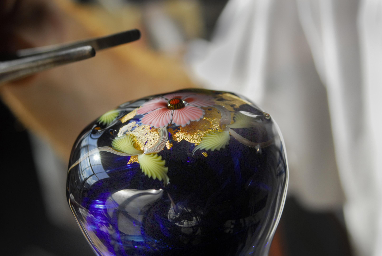 glassmaking-technique-torchwork-in-vermont-adding-flower-center-wf.jpg