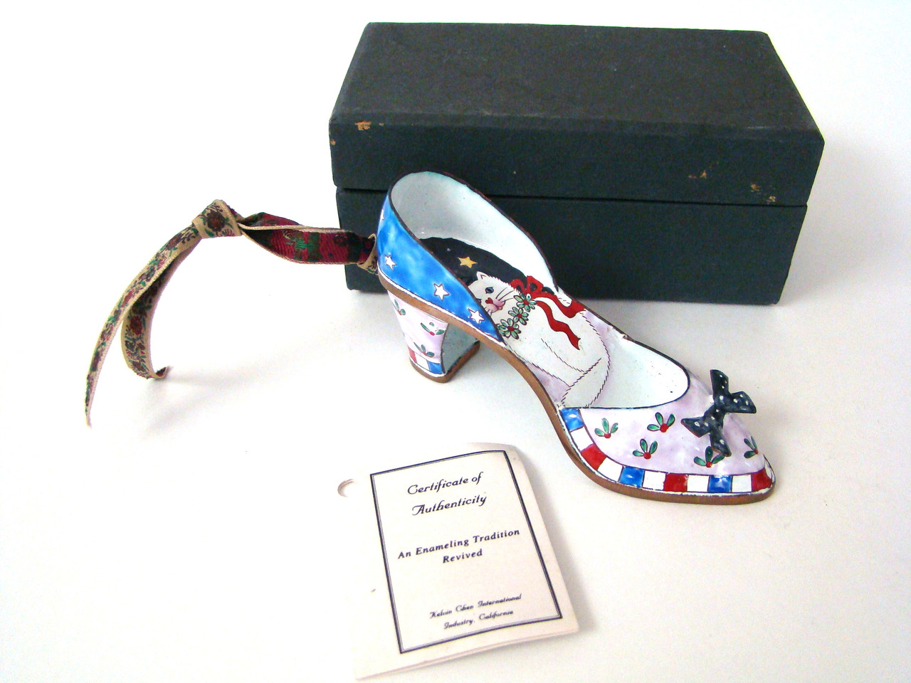 EH205 Kelvin Chen White Cat and Wreath Enamel Shoe