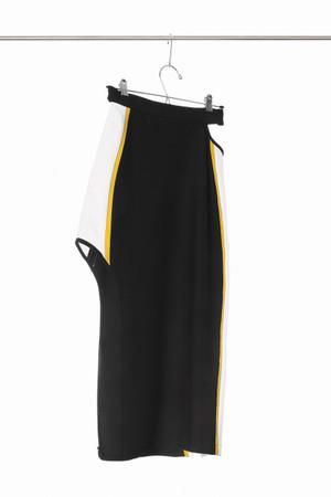 Falda deportiva en punto con aberturas y lineas en contraste