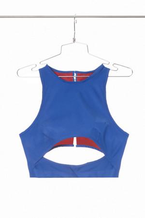 Top escote al centro con tirantes en tela impermeable y broches en espalda