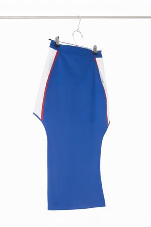 Falda deportiva en tela impermeable con aberturas laterales y lineas en contraste