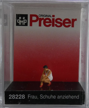 PREISER 28228 Woman Putting On Her Shoes 00/HO Model Figure