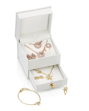 """""""This beautifully-packaged duo jewellery set from Fervor Montréal makes the perfect gift for friends and family, with a choice between a chic sphere design, and a fun, quirky starfish set. Interchange between the two to set the tone. · Each set comprises of gold-plated necklace, bracelet and ring."""""""