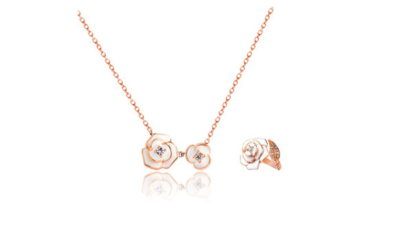This stunning rose set of choker & free-size ring from JuJu will add charm to your semblance. The 18 carat rose-gold plated set is complemented by a beautiful white rose and sparkles with Swarovski Crystals. They are truly exquisite!