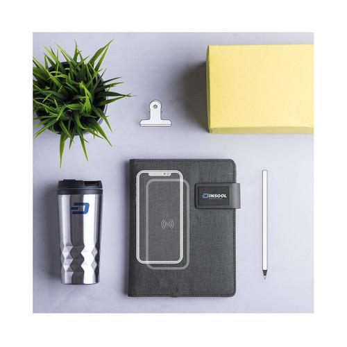 Mapă documente din poliester 600D cu power bank de 4000 mAh, cu flash drive de 16 GB, încărcător încorporat, suport pentru tabletă și stilou, 20 de coli. Cu cablu încărcător USB inclus.