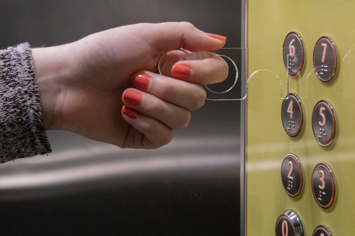 NoTouch, breloc igienic si practic pentru acces butoane si usi, cu posibilitate de personalizare corporate