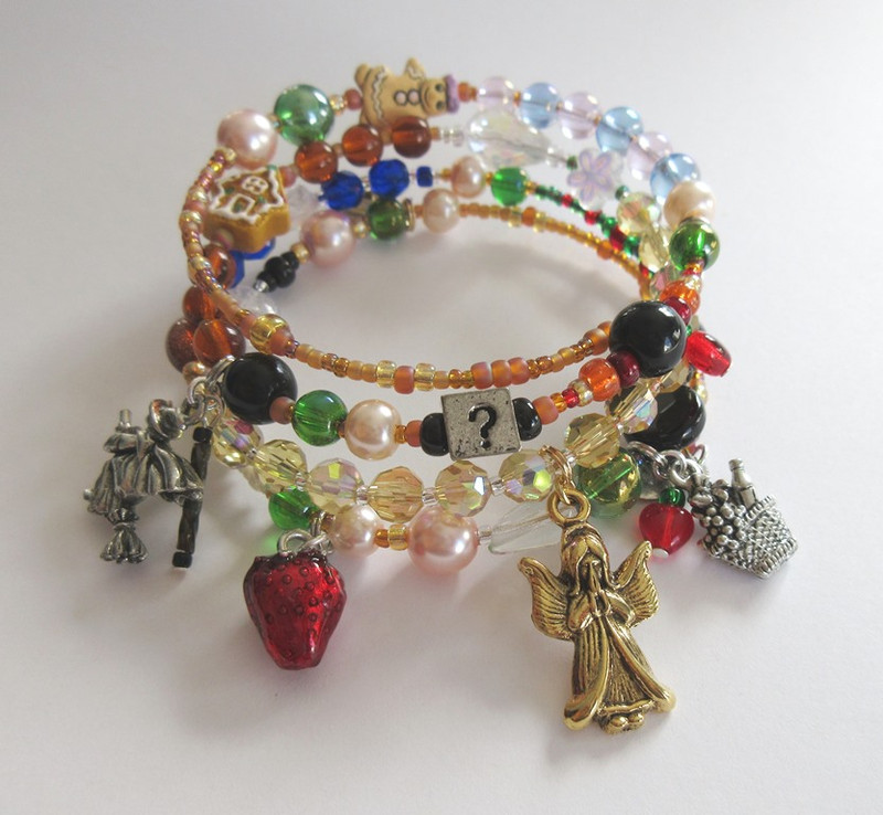 The Hansel and Gretel Bracelet tells the story of Humperdinck's opera.