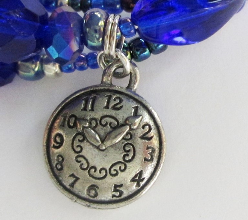 The clock charm represents the lovers' observation that beautiful moments come and then never return.