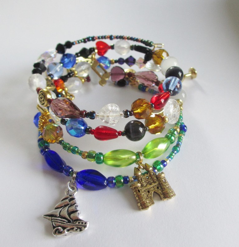 Beads and charms tell the story of the opera Tristan und Isolde.