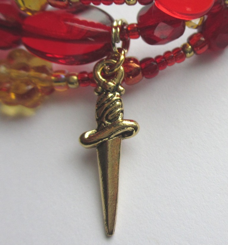 The dagger charm is the dark destiny that awaits Gilda and Rigoletto.