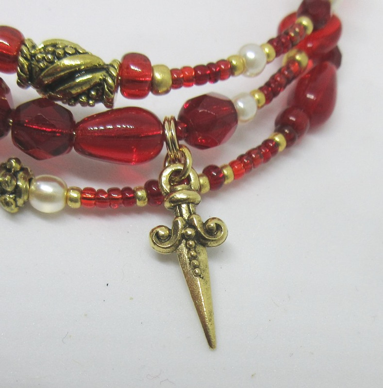 A dagger charm represent Juliet's tragic end.