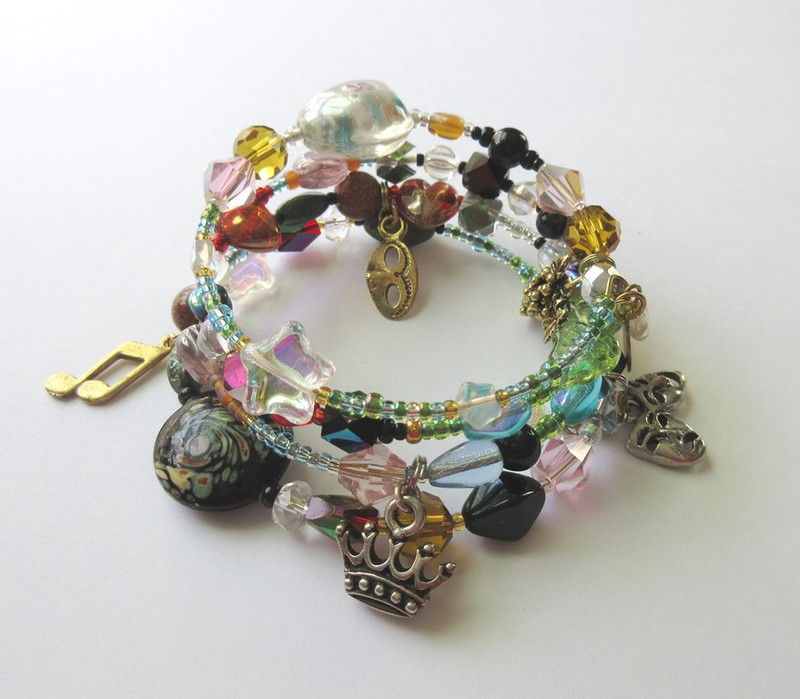 The Ariadne Bracelet tells the story of the opera by Richard Strauss via symbolic beads and charms.