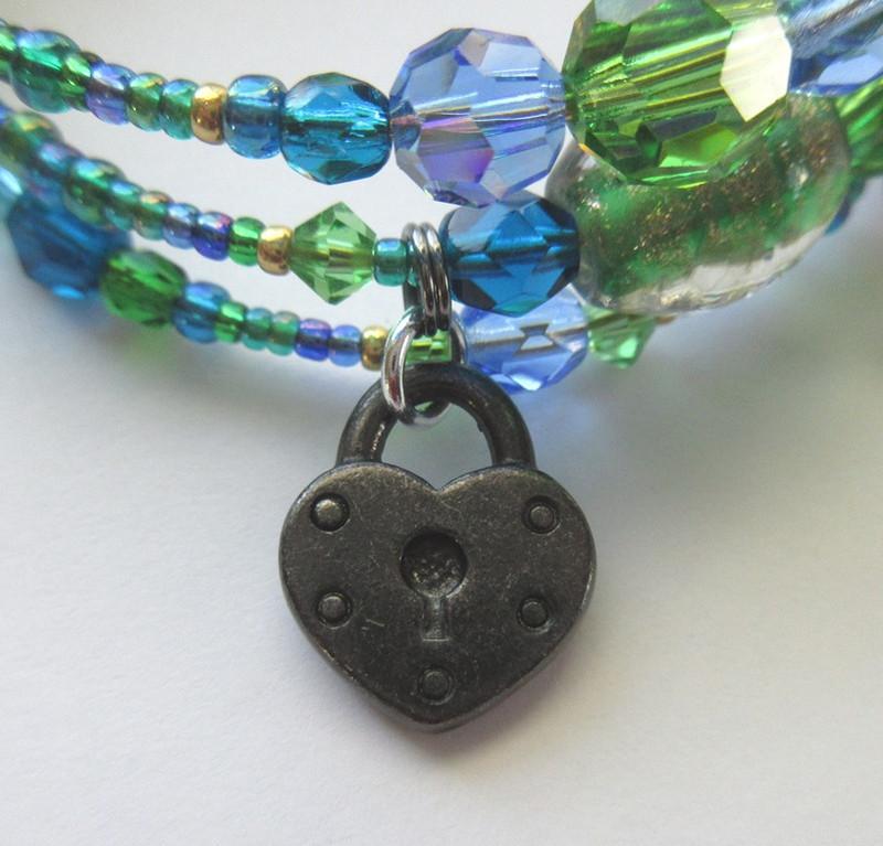 A black padlock symbolizes Alberich's vow to renounce love.