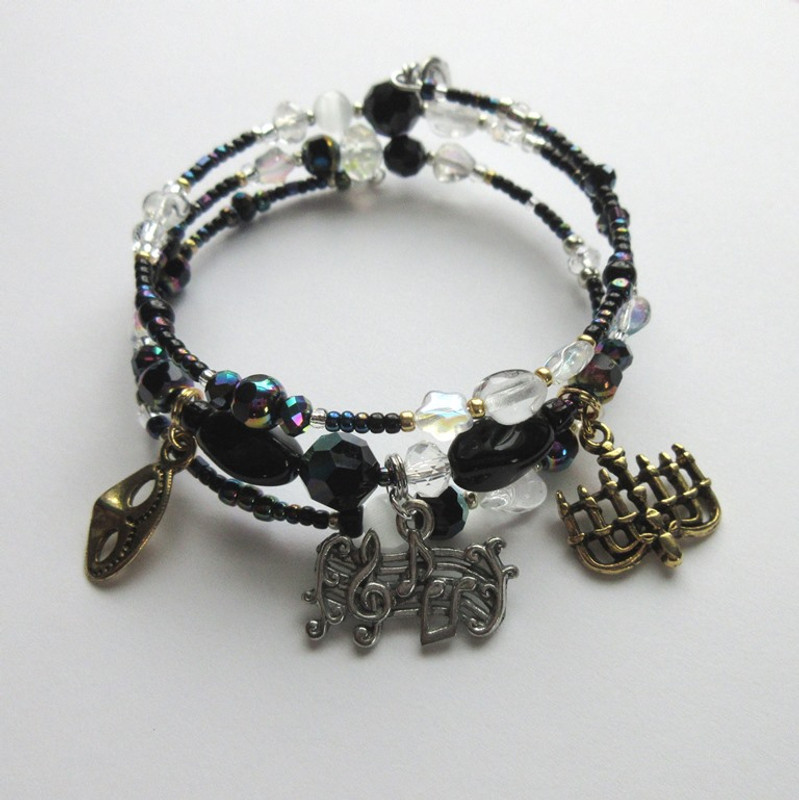 Iridescent black beads and crystals with glass stars symbolize the magic of the night.