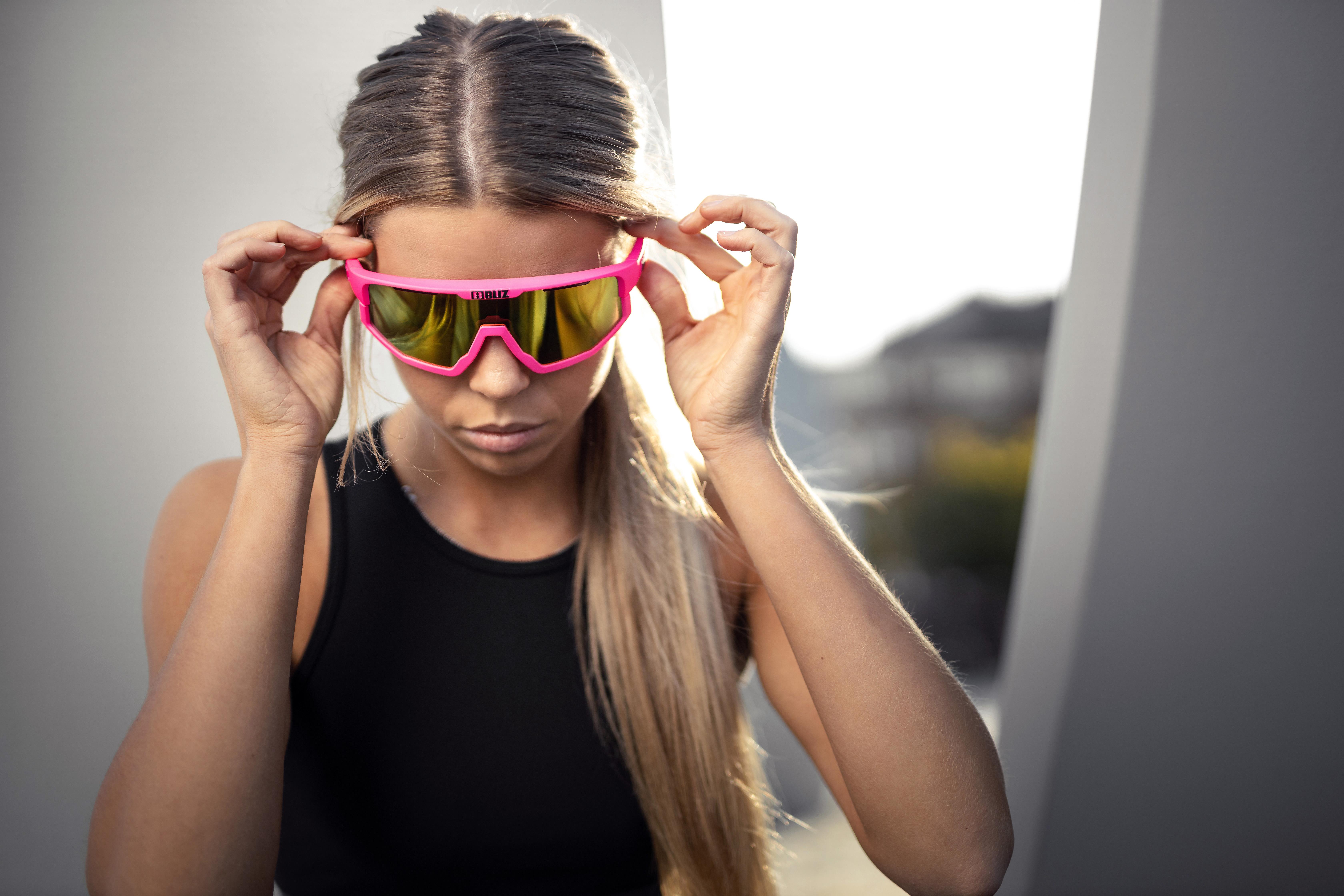 52001-43-vision-bliz-sunglasses-fitness-pink-sportsglasses-helena-pettersson-lifestyle1.jpg