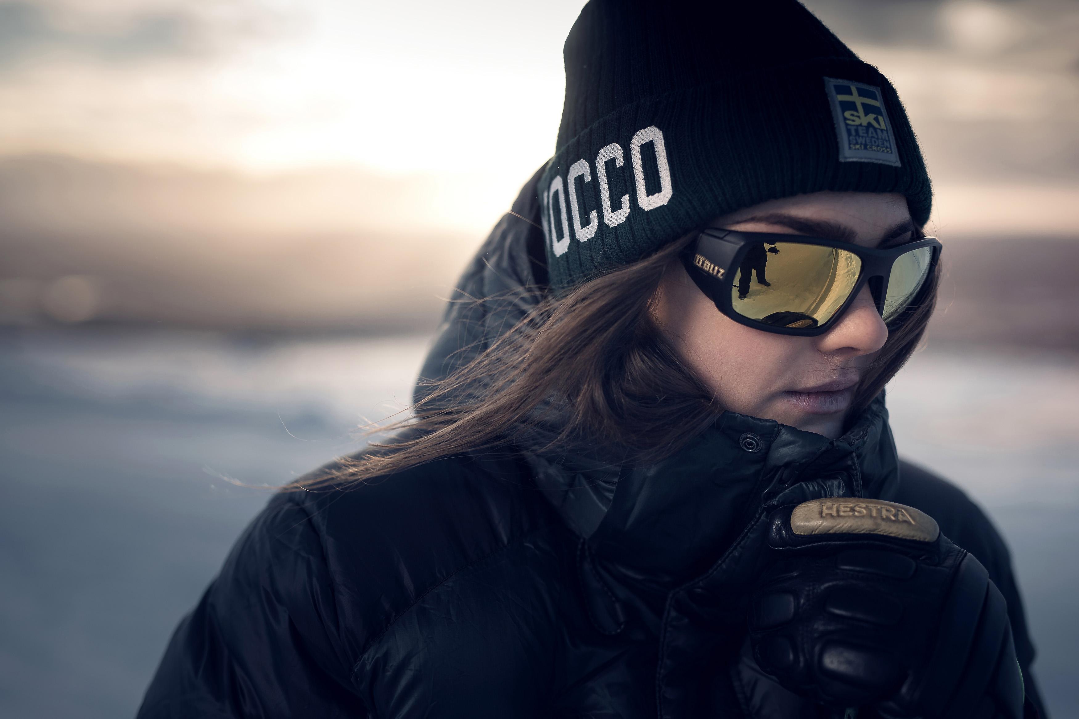 52909-19-peak-bliz-sunglasses-skicross-black-sportsglasses-alexandra-edebo-lifestyle1.jpg