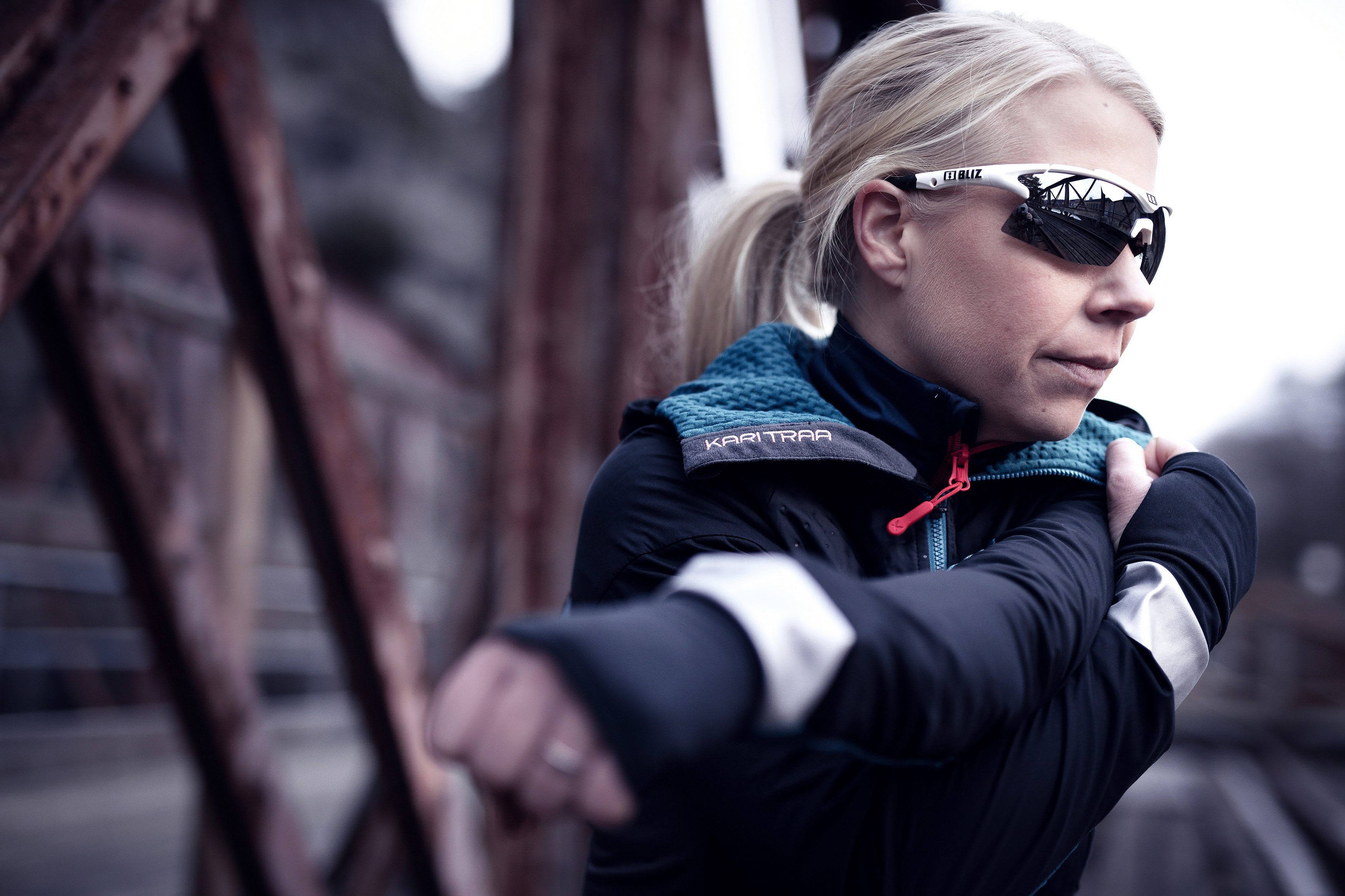 9021-01-tempo-bliz-sunglasses-running-white-sportsglasses-lifestyle2.jpg