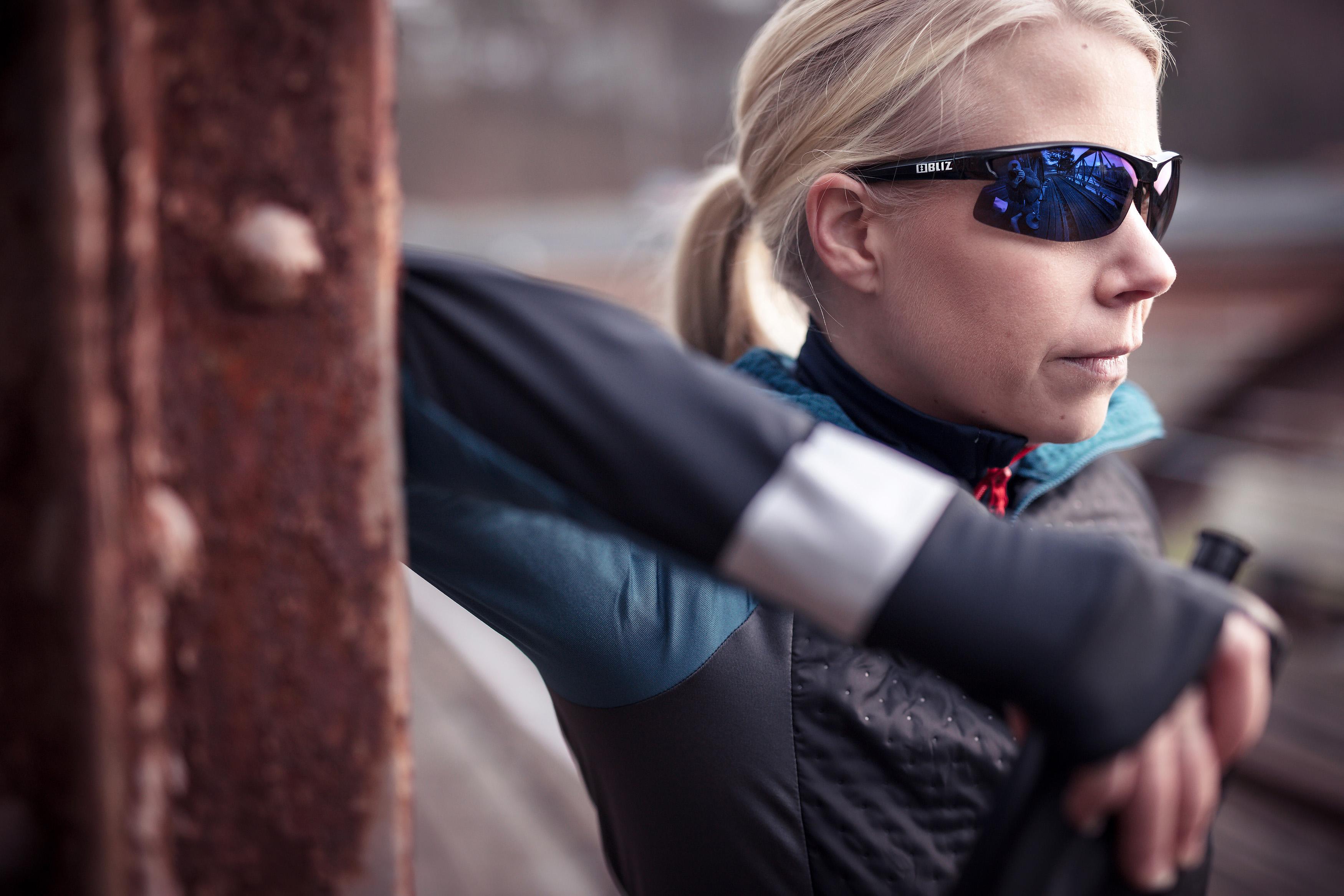 9060-13-motion-bliz-sunglasses-running-black-sportsglasses-lifestyle2.jpg