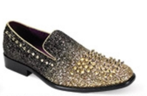 This fashion-forward smoking shoe features a modern silhouette that is highlighted by its luxurious studs. This season, leave no head unturned with the Sleek Slip On.