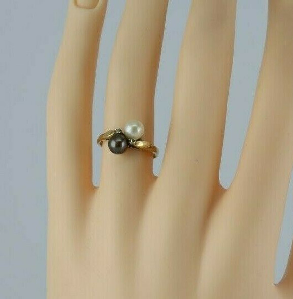 10K Yellow Gold Harlequin Pearl Ring One white One Black Size 6.5 Circa 1960