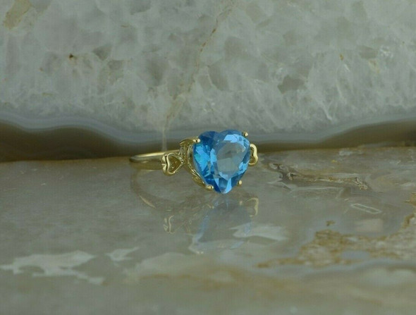 10K Yellow Gold Blue Stone Ring Heart Shaped Gold Side Mounts Size 7