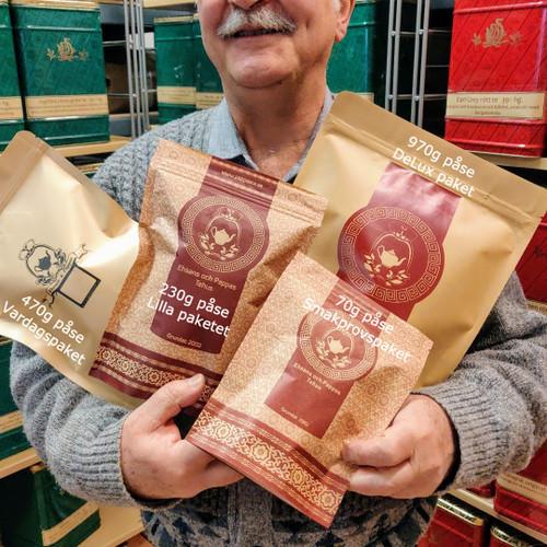 Här visar Pappa upp alla de olika storlekarna på tepaket vi erbjuder.