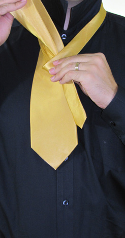 How To Tie A Full Windsor Knot   Step 3