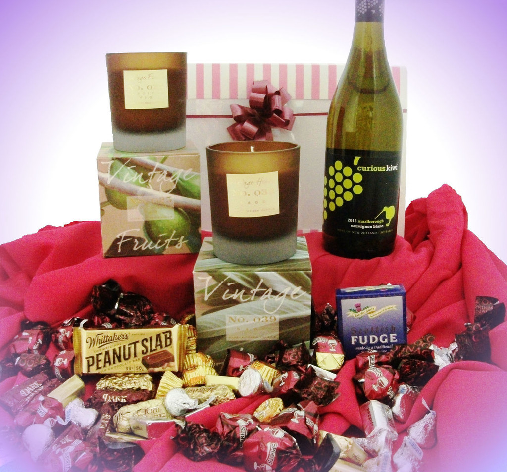 618 LCP2 Sweet Kiwi - contains Curious Kiwi White Wine, Candles & Sweets