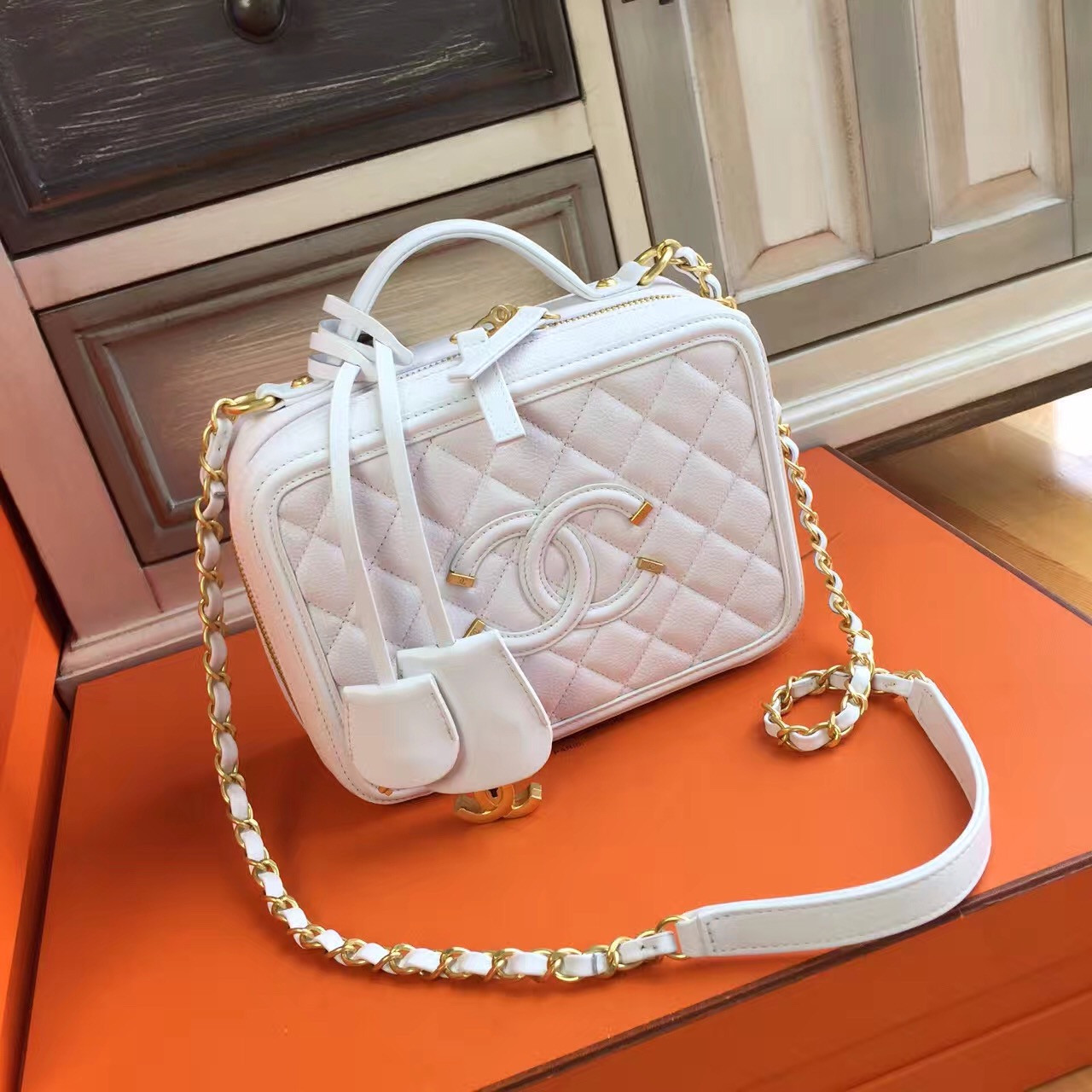 277c63571d8e CHANEL Medium Vanity Case Grained Calfskin White