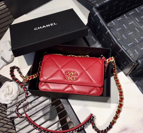 CHANEL 19 Wallet on Chain Red
