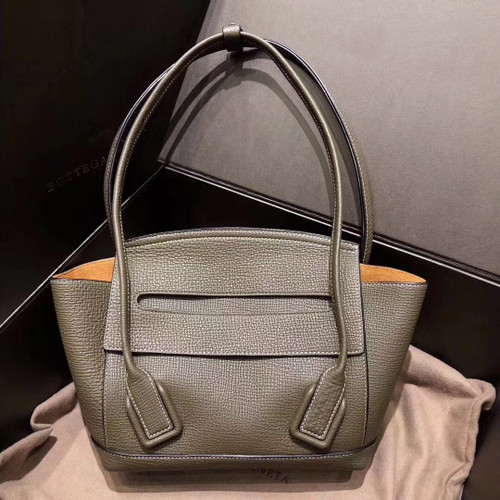 Bottega Veneta ARCO 33  in Green grainy calfskin